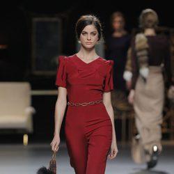 Mono rojo de la colección otoño/invierno 2013/2014 de Juanjo Oliva en Madrid Fashion Week