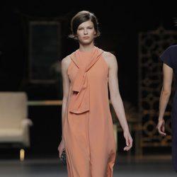 Vestido largo naranja de la colección otoño/invierno 2013/2014 de Juanjo Oliva en Madrid Fashion Week