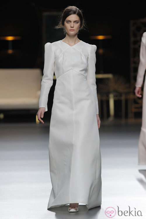 Vestido manga larga blanco de la colección otoño/invierno 2013/2014 de Juanjo Oliva en Madrid Fashion Week