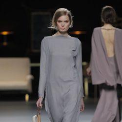 Vestido largo gris perla de la colección otoño/invierno 2013/2014 de Juanjo Oliva en Madrid Fashion Week