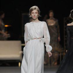 Vestido largo con cadena de la colección otoño/invierno 2013/2014 de Juanjo Oliva en Madrid Fashion Week