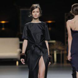 Vestido con obertura de la colección otoño/invierno 2013/2014 de Juanjo Oliva en Madrid Fashion Week