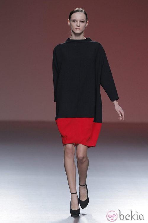 Vestido saco bicolor de la colección otoño/invierno 2013/2014 de A.A. de Amaya Arzuaga en Madrid Fashion Week