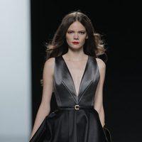 Vestido negro de la colección otoño/invierno 2013/2014 de Ion Fiz en Madrid Fashion Week