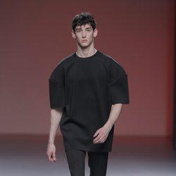 Look masculino en negro de la colección otoño/invierno 2013/2014 de A.A. de Amaya Arzuaga en Madrid Fashion Week
