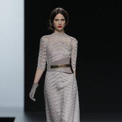Vestido largo gris de la colección otoño/invierno 2013/2014 de Ion Fiz en Madrid Fashion Week