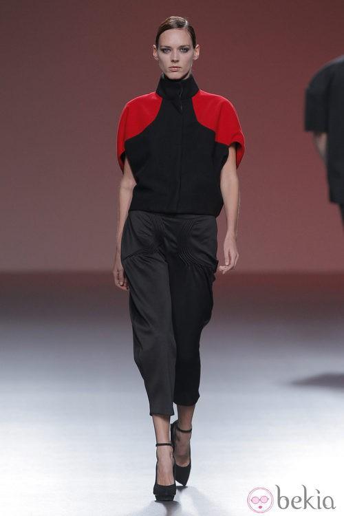 Pantalones pitillo negros de la colección otoño/invierno 2013/2014 de A.A. de Amaya Arzuaga en Madrid Fashion Week