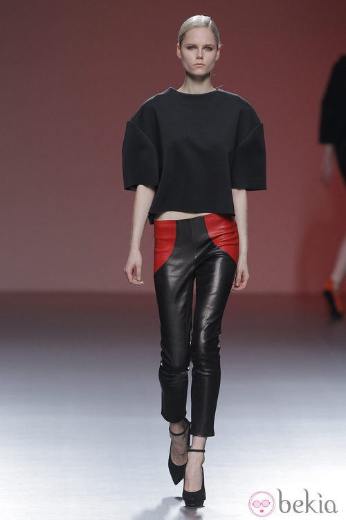 Pantalones negros de cuero de la colección otoño/invierno 2013/2014 de A.A. de Amaya Arzuaga en Madrid Fashion Week