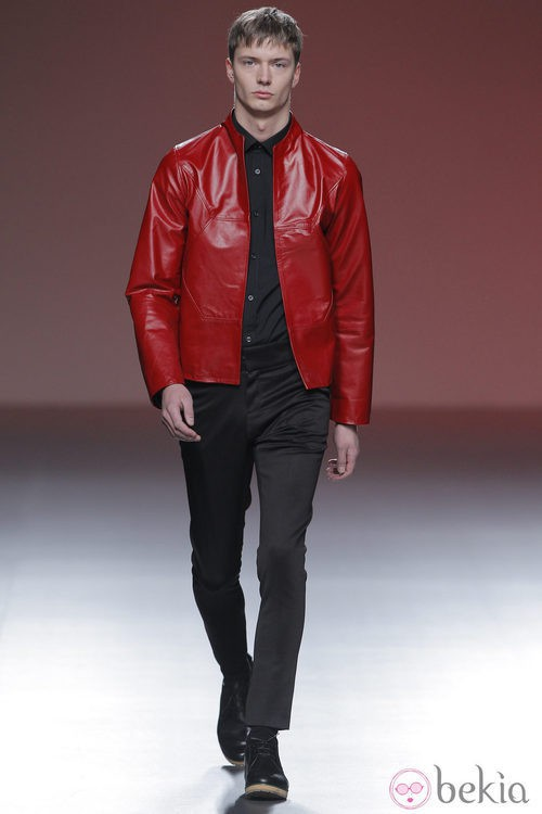 Chaqueta de cuero roja de la colección otoño/invierno 2013/2014 de A.A. de Amaya Arzuaga en Madrid Fashion Week