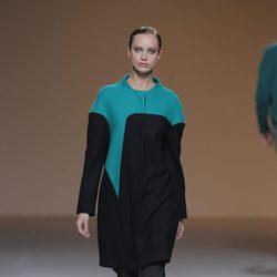 Vestido bicolor negro y verde esmeralda de la colección otoño/invierno 2013/2014 de A.A. de Amaya Arzuaga en Madrid Fashion Week