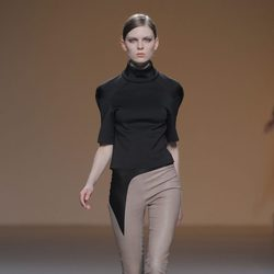 Pantalón beige de cuero de la colección otoño/invierno 2013/2014 de A.A. de Amaya Arzuaga en Madrid Fashion Week