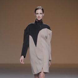 Abrigo beige y negro de la colección otoño/invierno 2013/2014 de A.A. de Amaya Arzuaga en Madrid Fashion Week