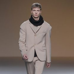 Traje beige de la colección otoño/invierno 2013/2014 de A.A. de Amaya Arzuaga en Madrid Fashion Week