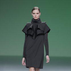 Vestido negro de la colección otoño/invierno 2013/2014 de A.A. de Amaya Arzuaga en Madrid Fashion Week