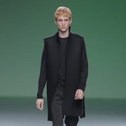 Abrigo negro de la colección otoño/invierno 2013/2014 de A.A. de Amaya Arzuaga en Madrid Fashion Week