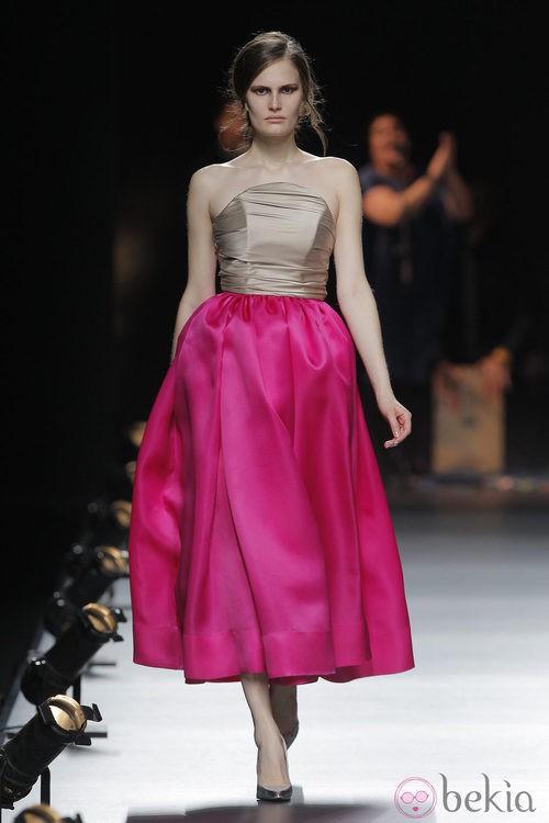 Falda fucsia con vuelo de la colección otoño/invierno 2013/2014 de Duyos en Madrid Fashion Week