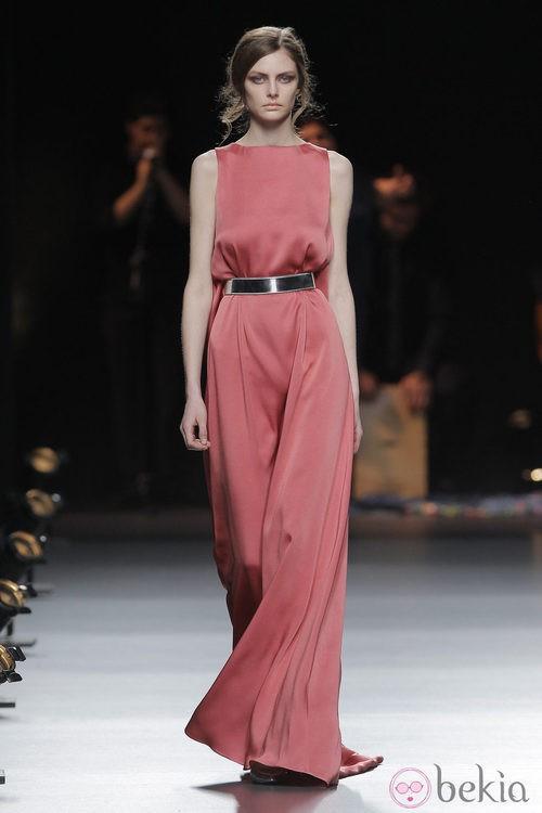 Vestido coral de la colección otoño/invierno 2013/2014 de Duyos en Madrid Fashion Week