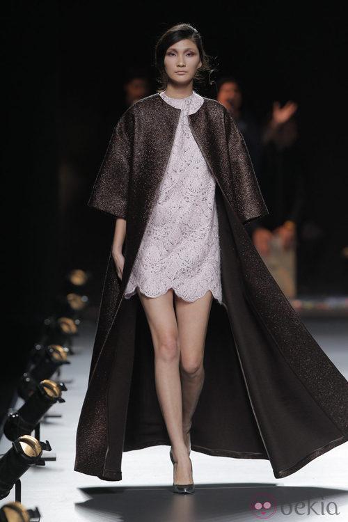 Capa marrón chocolate de la colección otoño/invierno 2013/2014 de Duyos en Madrid Fashion Week