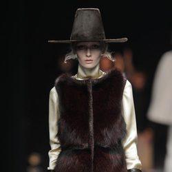Chaleco de piel de la colección otoño/invierno 2013/2014 de Duyos en Madrid Fashion Week