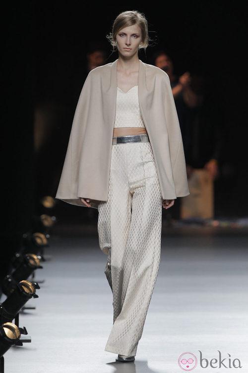 Capa beige de la colección otoño/invierno 2013/2014 de Duyos en Madrid Fashion Week