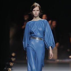 Mono de cuero azul de la colección otoño/invierno 2013/2014 de Duyos en Madrid Fashion Week