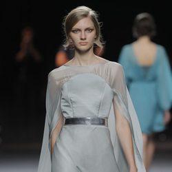Vestido gris perla de la colección otoño/invierno 2013/2014 de Duyos en Madrid Fashion Week