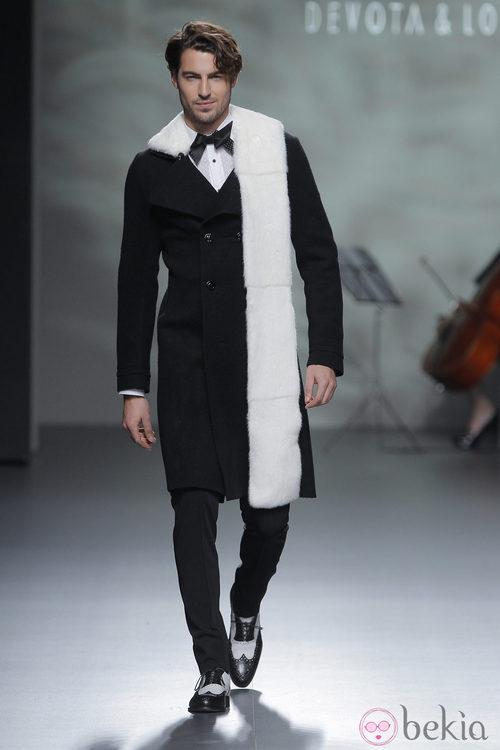 Abrigo negro con estola blanca de la colección otoño/invierno 2013/2014 de Devota & Lomba en Madrid Fashion Week