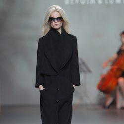 Abrigo negro de la colección otoño/invierno 2013/2014 de Devota & Lomba en Madrid Fashion Week