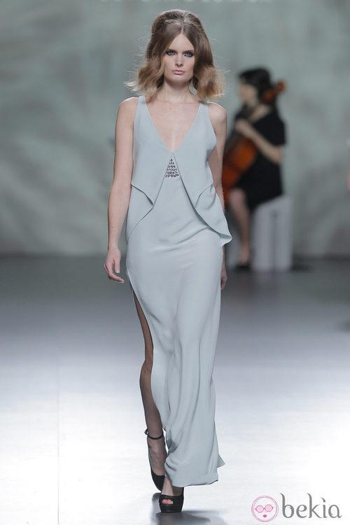 Vestido gris perla con raja de la colección otoño/invierno 2013/2014 de Devota & Lomba en Madrid Fashion Week
