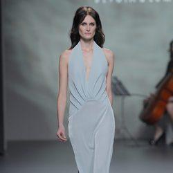 Vestido gris perla de la colección otoño/invierno 2013/2014 de Devota & Lomba en Madrid Fashion Week