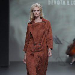 Abrigo color tierra de la colección otoño/invierno 2013/2014 de Devota & Lomba en Madrid Fashion Week