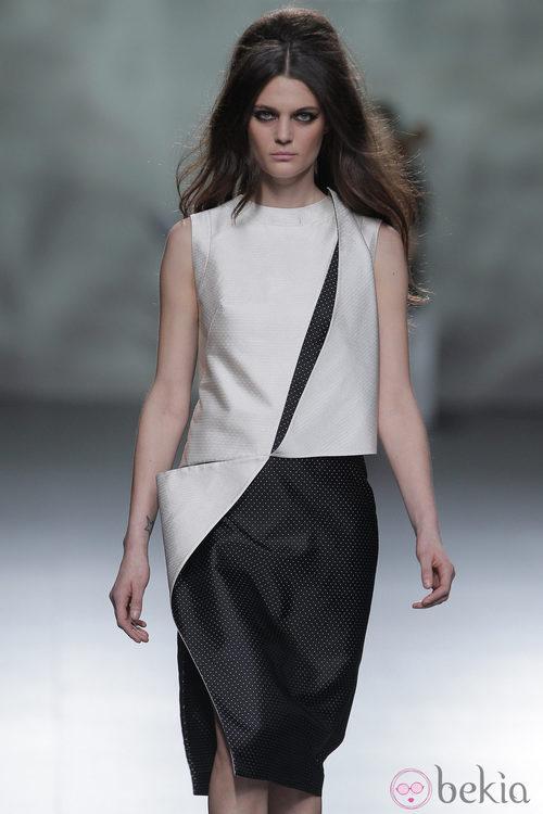 Combinación blanco y negro de la colección otoño/invierno 2013/2014 de Devota & Lomba en Madrid Fashion Week