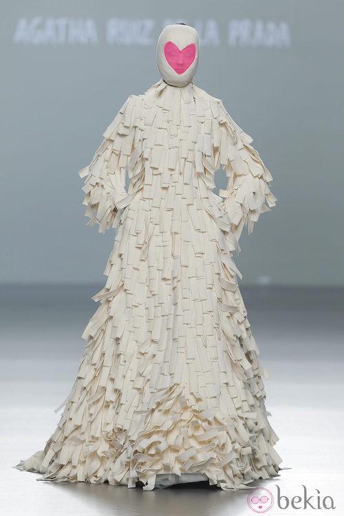 Vestido blanco de la colección otoño/invierno 2013/2014 de Ágatha Ruiz de la Prada en Madrid Fashion Week