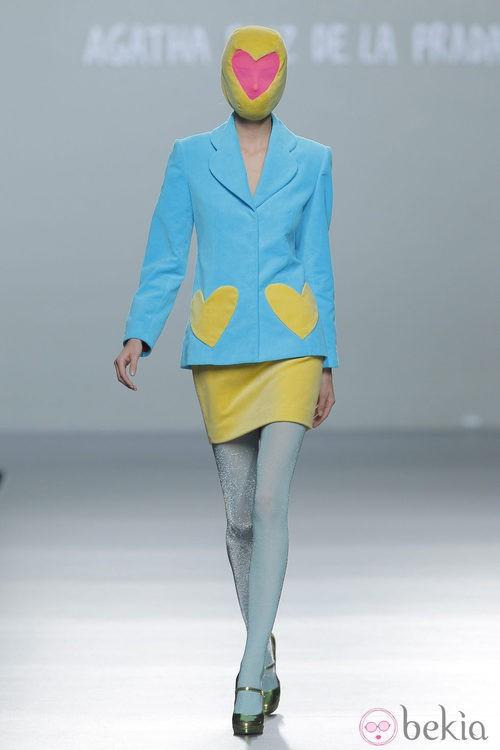 Americana azul cielo de la colección otoño/invierno 2013/2014 de Ágatha Ruiz de la Prada en Madrid Fashion Week