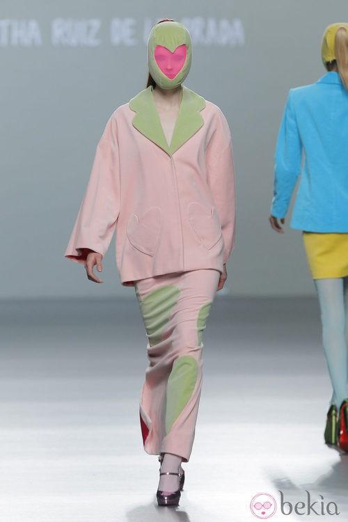Traje de falda rosa palo de la colección otoño/invierno 2013/2014 de Ágatha Ruiz de la Prada en Madrid Fashion Week