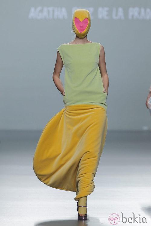 Vestido con falda amarilla de terciopelo de la colección otoño/invierno 2013/2014 de Ágatha Ruiz de la Prada en Madrid Fashion Week