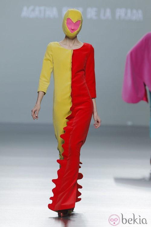 Mono amarillo y rojo de la colección otoño/invierno 2013/2014 de Ágatha Ruiz de la Prada en Madrid Fashion Week