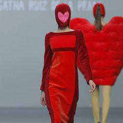 Vestido rojo y granate de la colección otoño/invierno 2013/2014 de Ágatha Ruiz de la Prada en Madrid Fashion Week