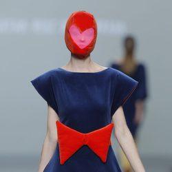 Vestido azul con lazo rojo de la colección otoño/invierno 2013/2014 de Ágatha Ruiz de la Prada en Madrid Fashion Week