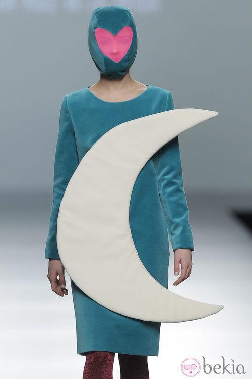Vestido azul con una luna de la colección otoño/invierno 2013/2014 de Ágatha Ruiz de la Prada en Madrid Fashion Week