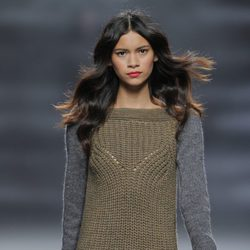Vestido verde con mangas grises de la colección otoño/invierno 2013/2014 de Sita Murt en Madrid Fashion Week