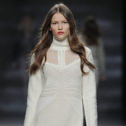 Vestido blanco de punto de la colección otoño/invierno 2013/2014 de Sita Murt en Madrid Fashion Week