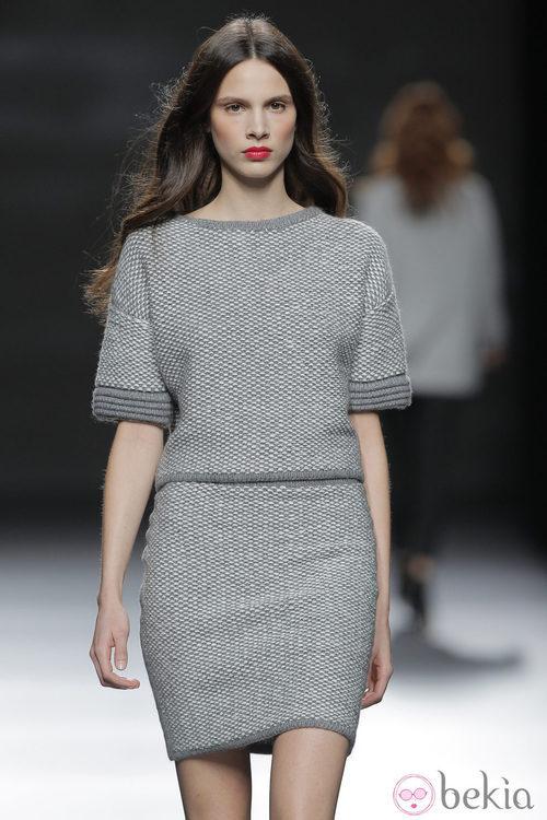 Vestido gris perla de la colección otoño/invierno 2013/2014 de Sita Murt en Madrid Fashion Week