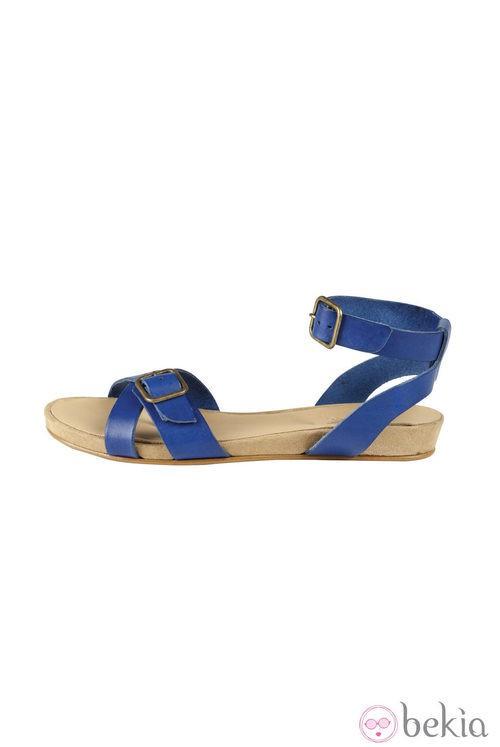 Sandalia plana azul de Indi & Cold de la colección primavera/verano 2013