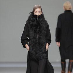 Abrigo de pieles femenino de la colección otoño/invierno 2013/2014 de Etxeberria en Madrid Fashion Week