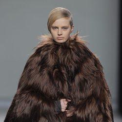 Abrigo de pieles marrón de la colección otoño/invierno 2013/2014 de Etxeberria en Madrid Fashion Week