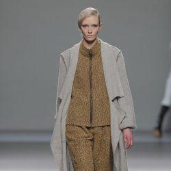 Conjunto en color mostaza de la colección otoño/invierno 2013/2014 de Etxeberria en Madrid Fashion Week