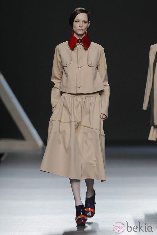 Conjunto beige de la colección otoño/invierno 2013/2014 Moisés Nieto en Madrid Fashion Week