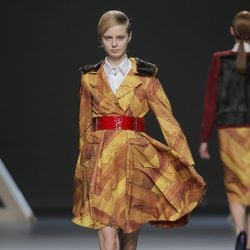 Vestido con estampado parqué de la colección otoño/invierno 2013/2014 Moisés Nieto en Madrid Fashion Week