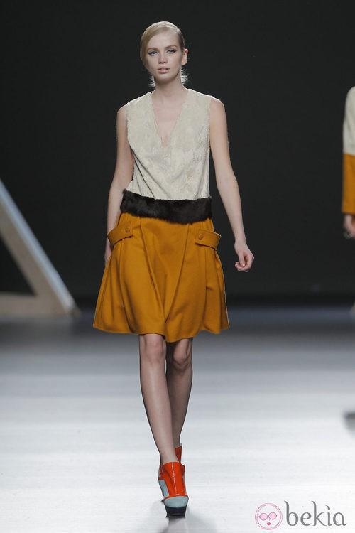 Falda color mostaza de la colección otoño/invierno 2013/2014 Moisés Nieto en Madrid Fashion Week